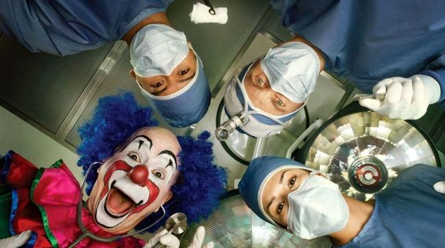 clown-in-operating-room1